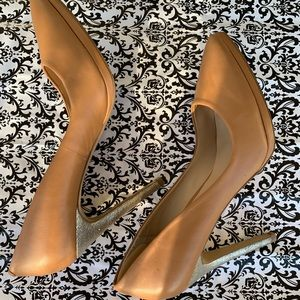 CHARLES Charles David nude with gold stiletto sz 9